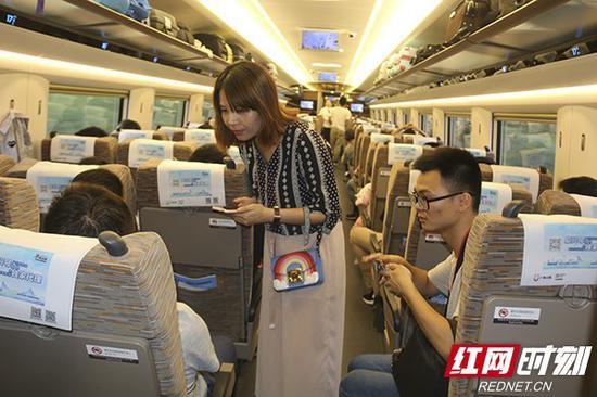 纸媒、网媒、电视台……长沙直达香港的第一趟高铁同样吸引了媒体的目光。