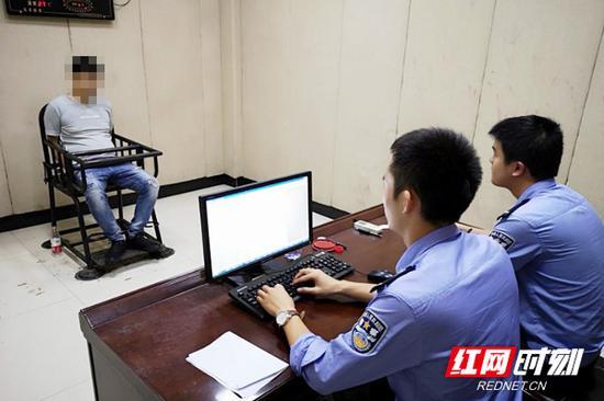 民警在对嫌疑人丁某刚进行审讯