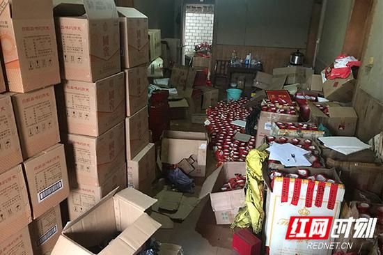 警方查封存放假酒的仓库。
