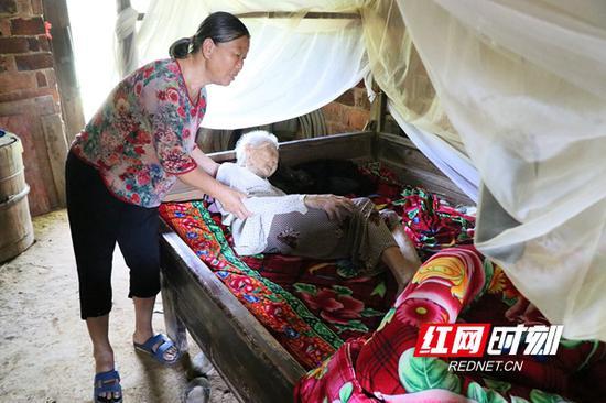 陈彩秀照顾97岁婶母。