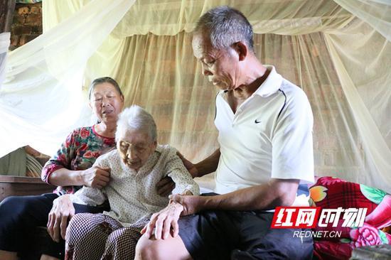 陈彩秀夫妇照顾婶母。