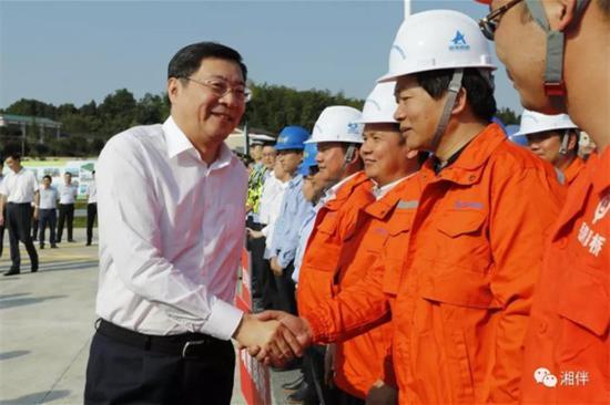 湖南省委书记杜家毫看望慰问项目建设管理者。湖南日报 罗新国 摄