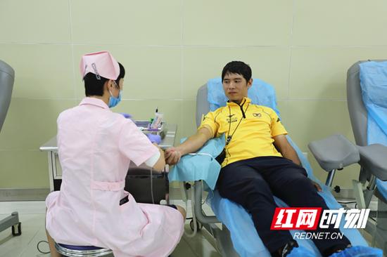 李晖来正在无偿献血。