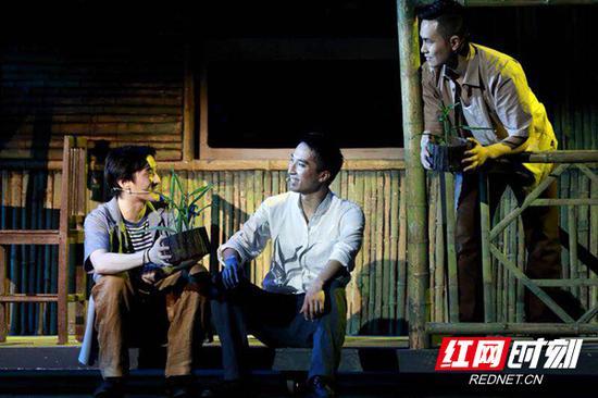 该剧讲述了袁隆平和他的团队成员,历尽千辛万苦,探索杂交水稻的生命科学,最终获得成功,为全世界粮食增产作出了巨大贡献的故事。