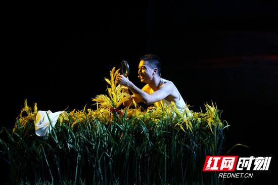 """10月1日晚,""""雅韵三湘·艺韵金秋""""演艺惠民活动——大型音乐剧《袁隆平》在湖南大剧院倾情上演。"""
