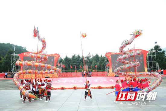 9月21日,第一届中国农民丰收节湖南庆祝活动主会场韶山,农民们舞龙庆丰收。