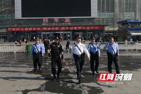 怀化市副市长、市公安局局长胡长春身着执勤服,佩戴单警装备,带队到重点区域开展街面徒步巡逻。