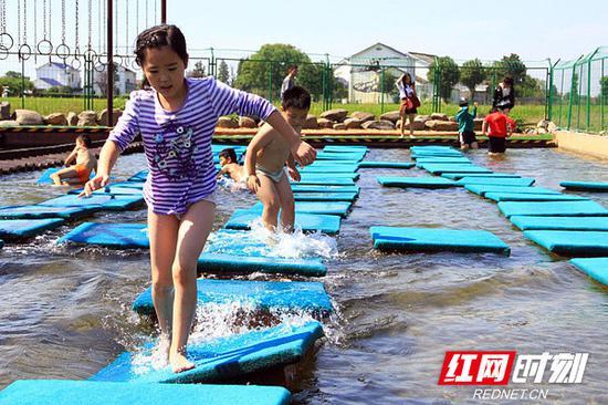 """小朋友在""""水上漂""""游戏区玩耍。"""