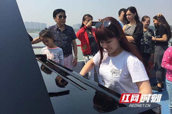 """17位国际钢琴赛选手在湘江上""""放飞自我"""",纷纷演奏曲目,用音乐表达对长沙的喜爱。"""