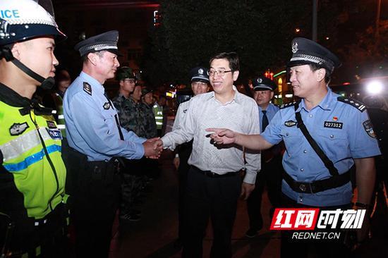 衡阳市委副书记、市长邓群策督导检查街面大巡防工作。