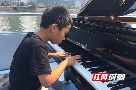 """来自长沙的小小""""钢琴家""""刘梓辰,弹奏了一段D大调小奏鸣曲,用音乐与国际友人交流。"""