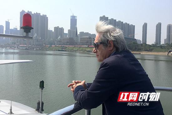 爱迪生唱片大奖获得者、英国皇家音乐学院终身教授德米特里 • 阿利克谢耶夫(Dmitri Alexeev)站在船头,享受着湘江两岸的风景。