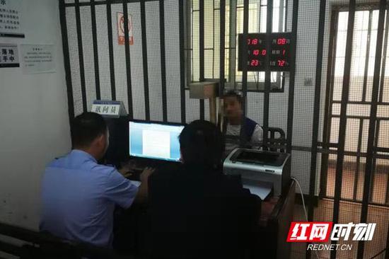 民警在审讯犯罪嫌疑人魏某。