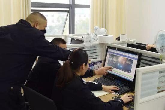 民警调取视频监控查看,成功锁定犯罪嫌疑人活动轨迹。