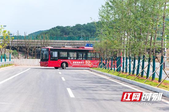 """该项目预计将于今年年内试运行,长沙市民可抢先体验乘坐开放道路的""""智慧公交""""。"""