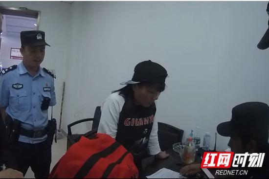 袁某接受民警审查。