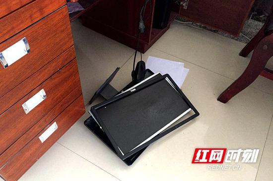 办公大厅被砸坏的电脑。