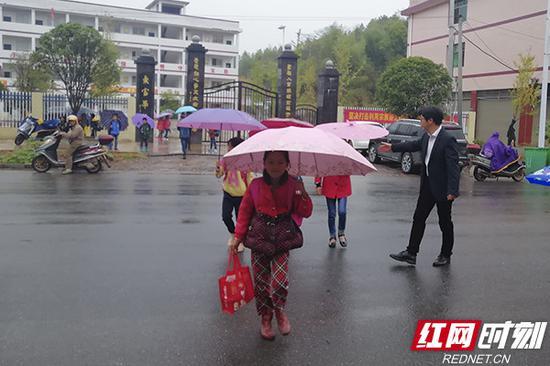 放学后,张文梓护送学生过马路。