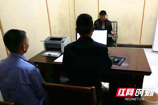 男子接受警方问讯。