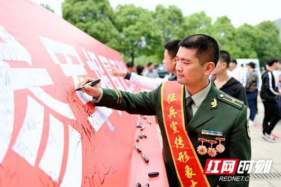 2018年,左文雅被湖南省人民政府征兵办公室聘请为首届征兵形象大使。