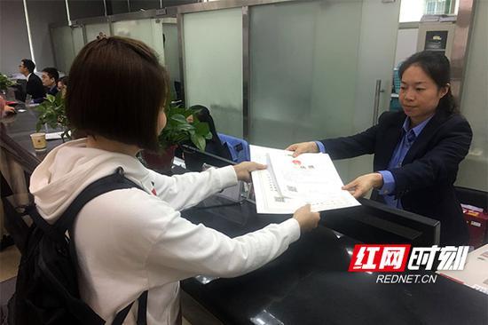 彭蓉在株洲市政务服务中心工商窗口领取营业执照。