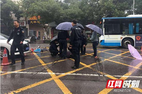 """巡警队员为老人疏导出""""生命通道"""",等待救护车的到来。"""