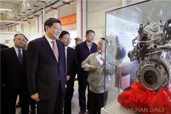 杜家毫一行考察广汽三菱发动机工厂。 湖南日报记者 罗新国 摄