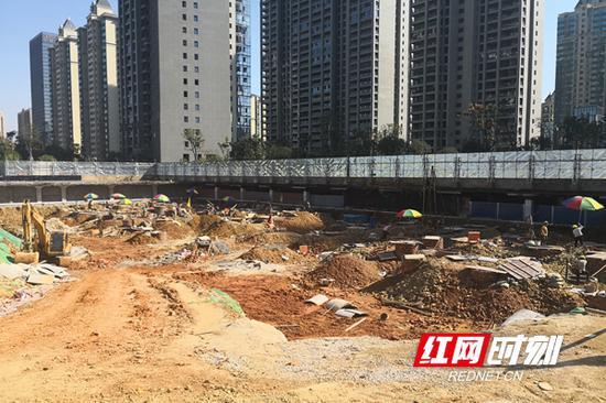 万象府台二期9、10栋规划区域,工人们正在打桩。