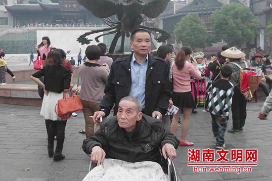 彭志军照顾患病父亲。图片来源:湖南文明网