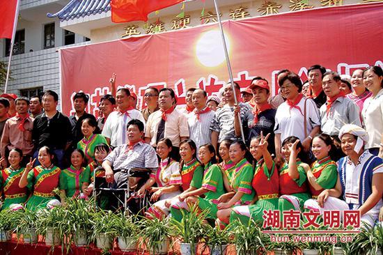 2006年陈荣捐建赤溪希望小学开学典礼。图片来源:湖南文明网