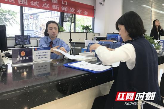 企业在长沙商标受理窗口办理商标业务。