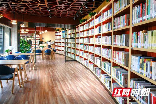 湘府馆内部设计简洁,藏书8000余册。