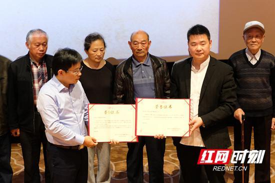 熊玮(右二)将电影《云上日出》的永久线下公益播映权捐赠给常德市日军细菌战受害者协会。