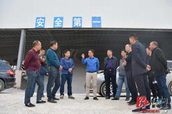 陈历贤(左五)实地察看榜上采石场安全生产和生态修复情况。