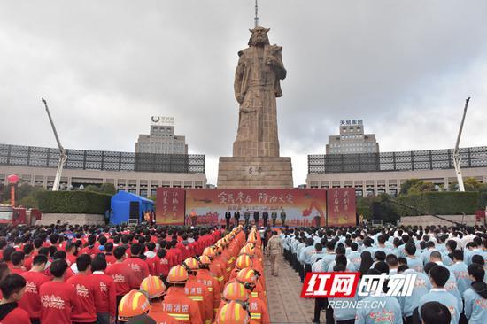 """11月8日上午,湖南省在株洲市炎帝广场隆重举行""""全民参与,防治火灾""""119消防宣传月活动启动仪式。"""