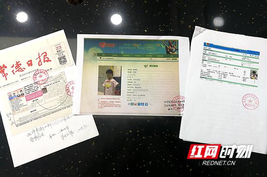 民警杨红梅帮助黄霞(化名)准备的各种材料。