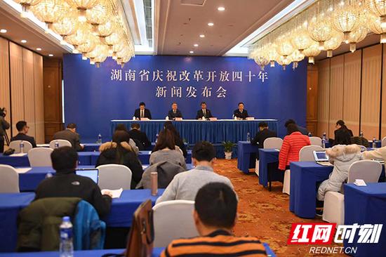 11月19日,湖南庆祝改革开放40年新闻发布会(第15场)举行,湖南人力资源和社会保障厅介绍40年来全省人力资源和社会保障改革发展情况。