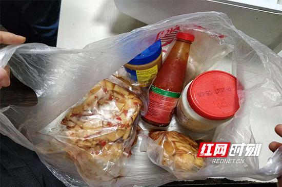 """执法人员在""""弘会馆""""后厨发现的过期调味料和三无食品。"""