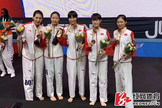 骆宗诗(中)与队友们庆祝夺冠。供图/晏营