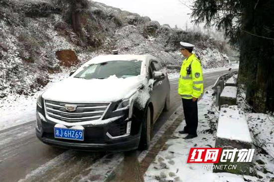 交警风雪中保畅通。