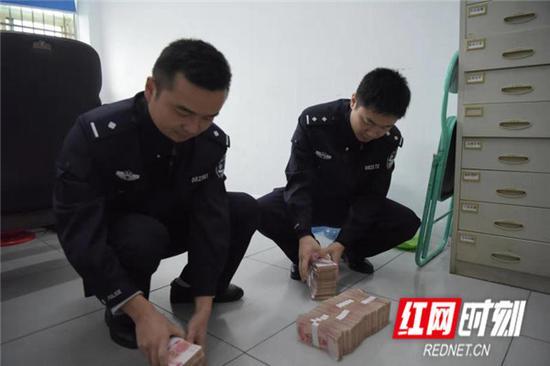 民警在清点赃物。