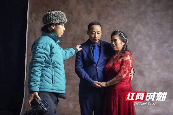 在摄影师的指挥下,夫妻摆出最幸福的姿势。
