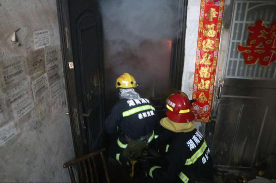 岳阳消防员火场救出被困母女 又是电烤炉惹祸