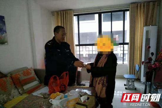 民警现场向市民返回被盗物资。