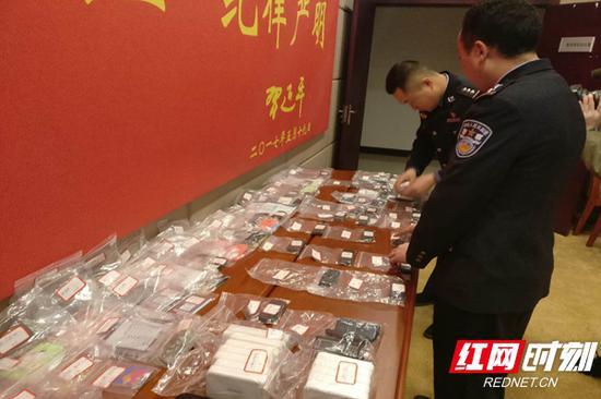 民警展示缴获的作案工具。