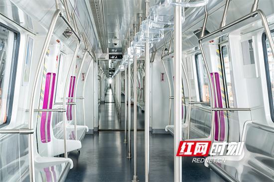 车厢内也是紫色装饰。晟龙/组图拍摄