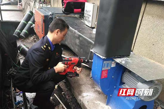 工作人员正在安装油烟净化器。