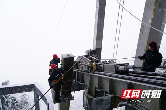 索道安全技术部技术人员冒着零下12℃的严寒开始破冰工作。