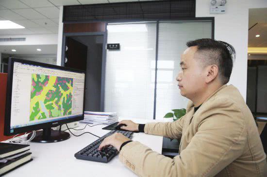 △ 10 月 17 日,湖南地理信息产业园总部基地,入驻的企业员工在办公。