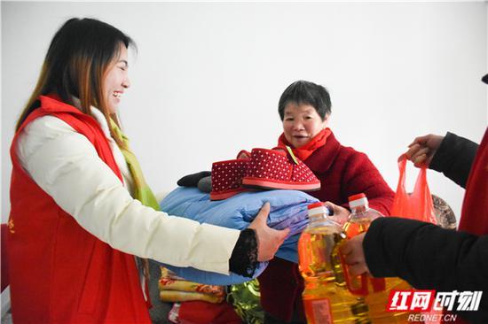 郴州市新阳居家养老服务中心给刘桂香老人送去过冬物资。